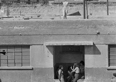 Mujeres y maniqui en techo, 1950