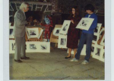 """Preparando su exposición """"Manuel Álvarez Bravo"""" en la Sala Pablo Ruíz Picasso de la Biblioteca Nacional, Madrid España. 26 enero 1985."""